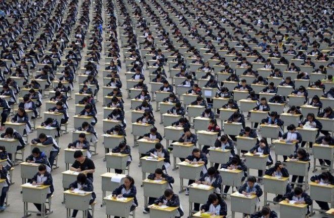 Студенты сдают экзамен на детской площадке средней школы под открытым небом в Yichuan провинция Шэньси Более 1700 первокурсников приняли участие в экзамене в 2015 году