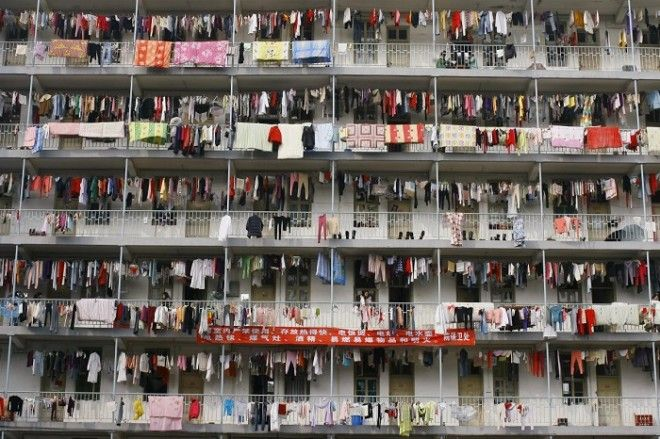 Постиранные вещи висят на балконах студенческого общежития университета в Ухане провинция Хубэй