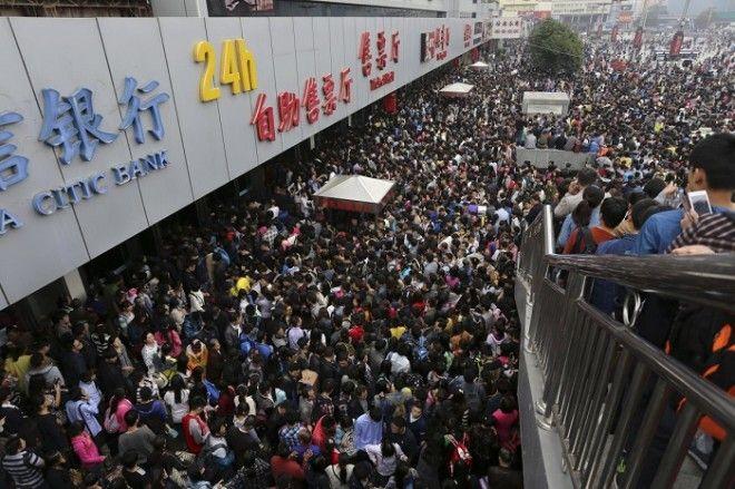Пассажиры на переполненном железнодорожном вокзале Чжэнчжоу в первый день праздника по случаю годовщины Дня образования КНР
