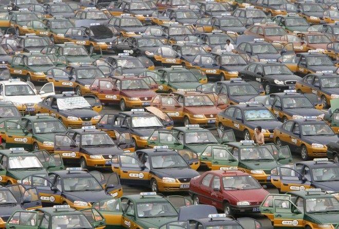 Таксисты выстраиваются на стоянке в ожидании пассажиров у нового международного аэропорта Шоуду