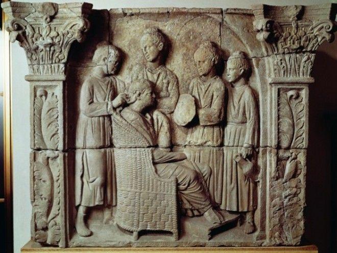 Состоятельная римлянка делает причёску в салоне красоты Барельеф II века