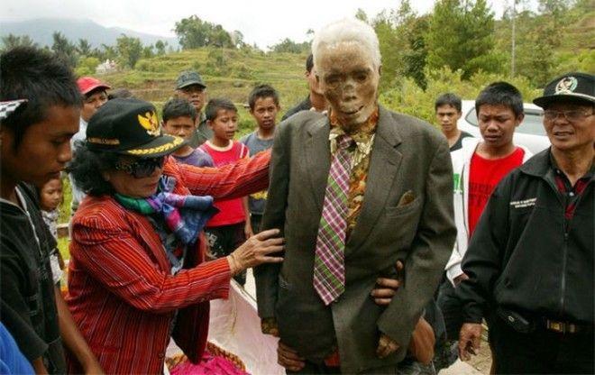 Покойников регулярно наряжают в новую одежду