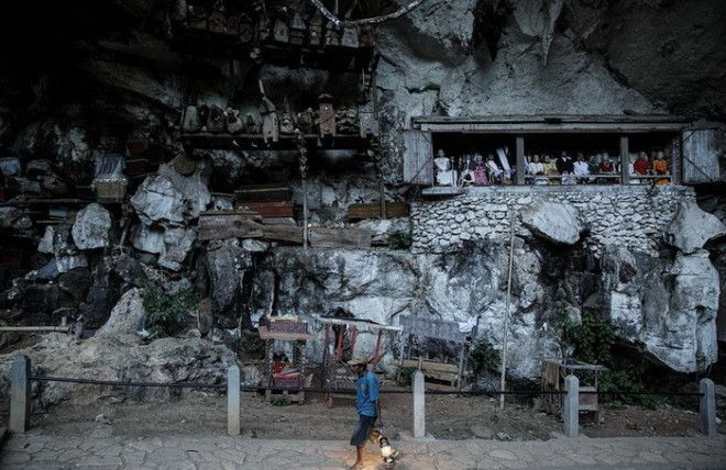 Куклы таутау возле могил