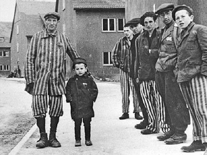 Юзеф Янек Шляйфштайн с отцом и другими выжившими заключенными концлагеря Фото 1bpblogspotcom