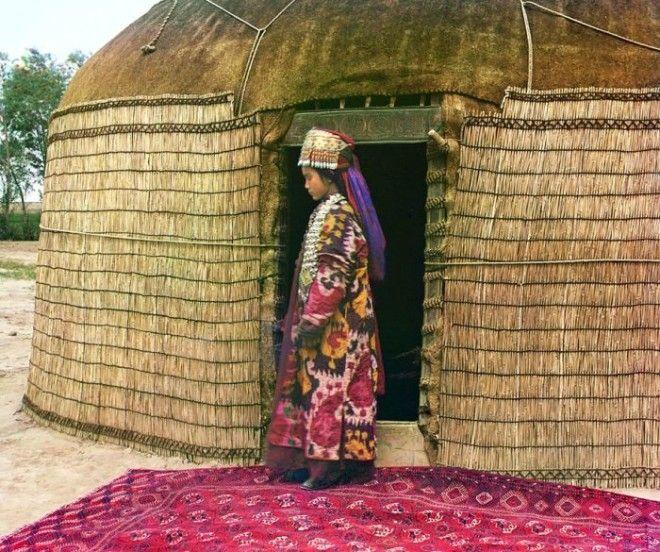 Туркменская женщина стоит на ковре перед входом в юрту СМ ПрокудинГорский 1911 год Фото commonswikimediaorg