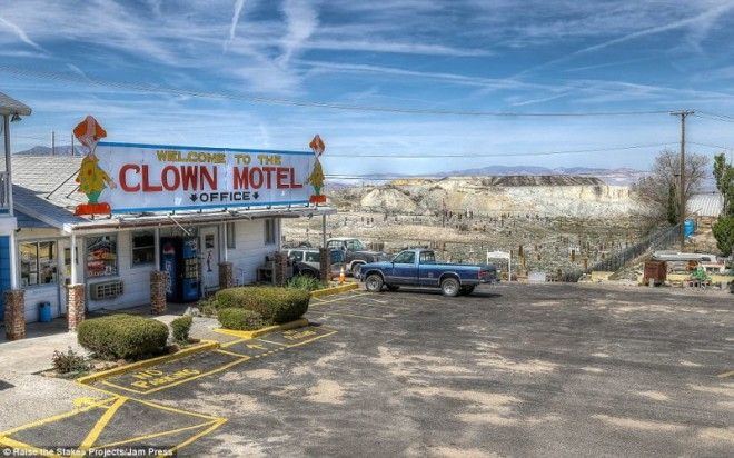 Жутковатый мотель клоунов в Неваде