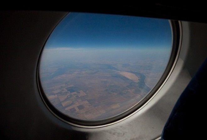 SПочему иллюминаторы в самолете круглые