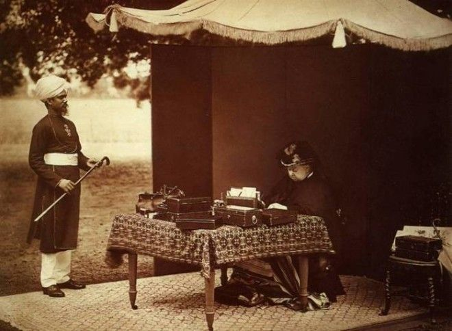 Королева Виктория и ее индийский слуга Абдул Карим 1893 год Фото enwikipediaorg
