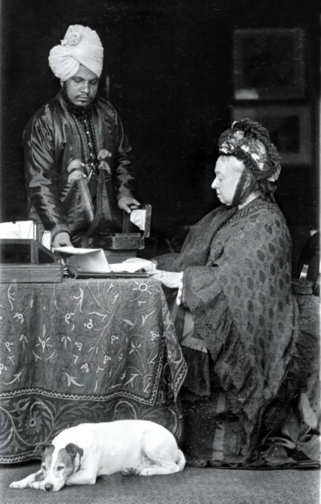 Абдул Карим помогает королеве Виктории 1885 год Фото dailymailcouk