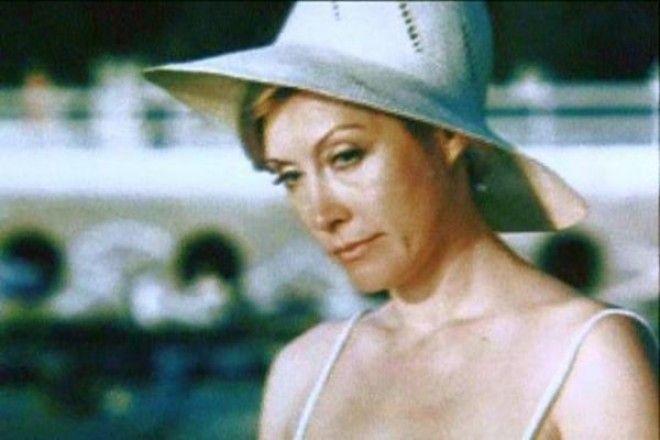 После роли Русалки в музыкальном фильме Леонида Квинихидзе актриса начала носить различные головные уборы