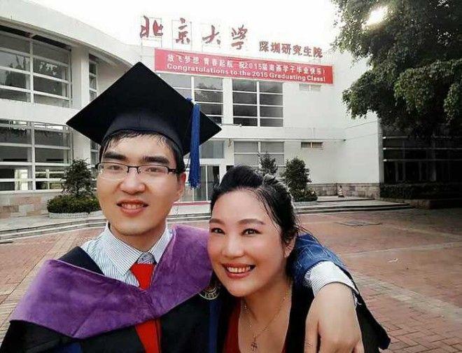 Ей советовали отказаться от умственно отсталого сына, а сейчас он студент Гарварда