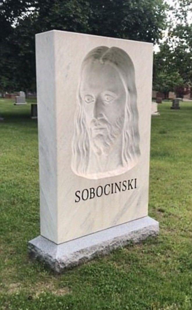 SПроходя на кладбище мимо этого надгробия люди начинают креститься в ужасе