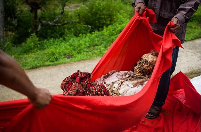 Zомбилэнд в Индонезии ужасающие погребальные ритуалы народов тараджи