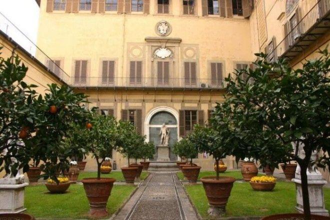 Дворец бывший ранее родовым замком олигархического семейства Медичи является первым зданием в стиле раннего Ренессанса возведенным во Флоренции
