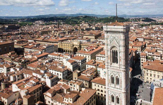 При разработке проекта и строительстве колокольни знаменитый живописец Джотто ди Бондоне особое внимание уделял внешнему украшению сооружения являющегося частью комплекса Дуомо