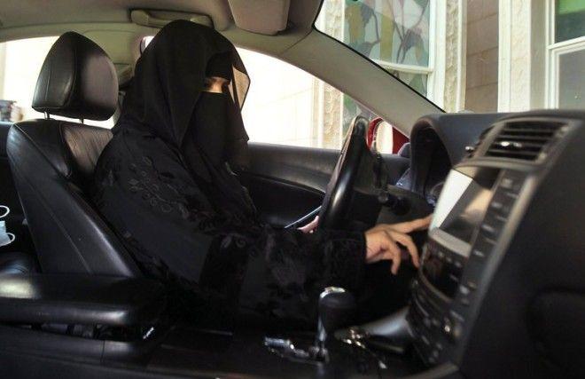 В Саудовской Аравии женщинам разрешили водить авто
