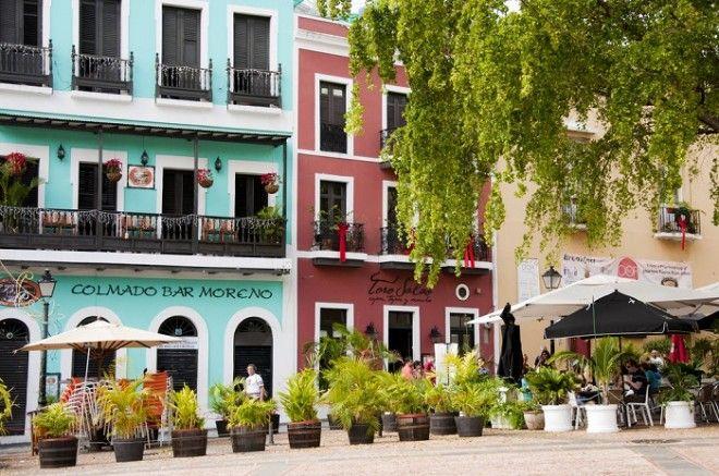 Разноцветные фасады и аккуратная белая лепнина вот что украшает улочки Сан Хуана а обилие вазонов с цветами и клумб придаёт этим местам живописности