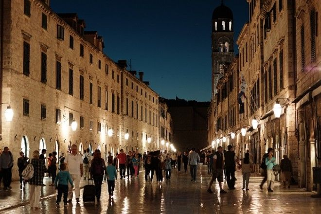 Улица была построена в 12 веке для купцов торговцев и банкиров а теперь она стала Меккой для покупателей гурманов и туристов