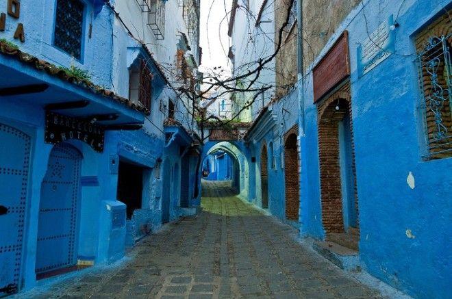 Вид на одну из многочисленных раскрашенных в синий цвет улиц