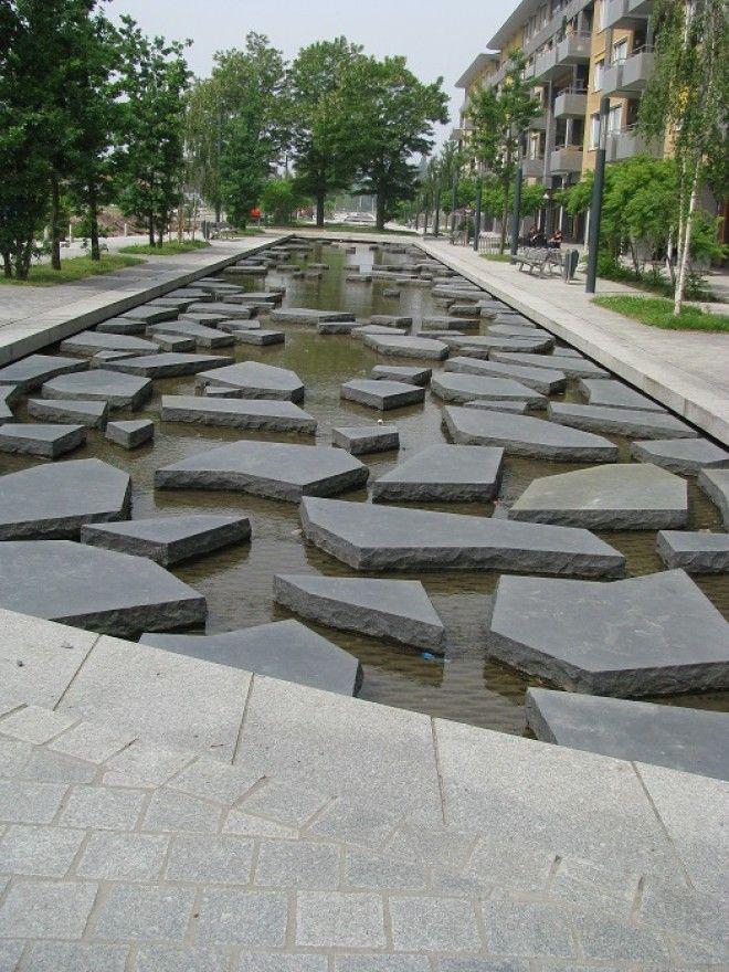 Речушка Румбик которая дала имя улице и раньше несла свои воды под землей ныне течёт уже на поверхности став неотъемлемой частью урбанистического ландшафта и центральной достопримечательностью всего города