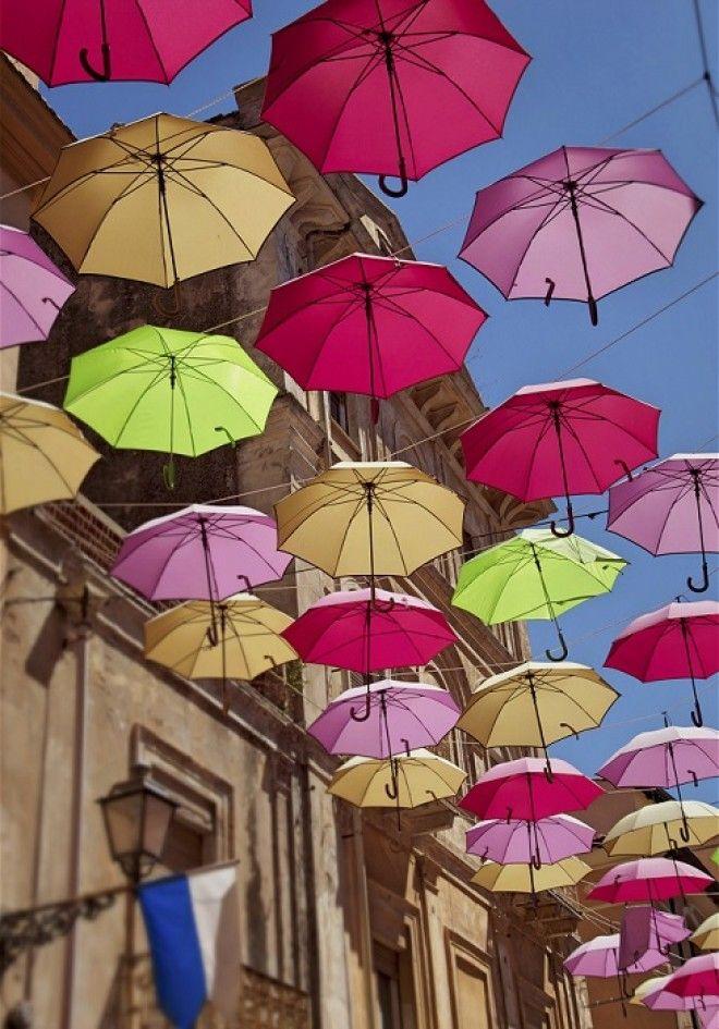 На одном из бульваров города Агуеды в Португалии расположилась яркая и неповторимая инсталляция созданная фирмой Sextafeira которая называется Парящие зонтики