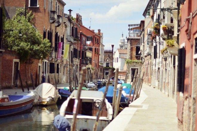 самую оригинальную улицу в ней тротуары мирно уживаются с каналами наполненными водой А транспорт представлен не машинами и автобусами а лодочками