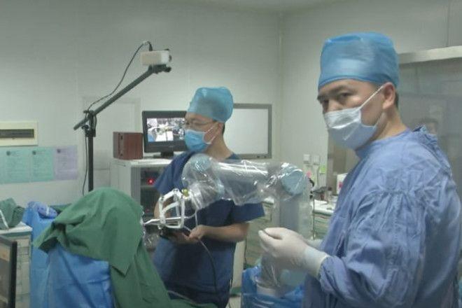 В Китае роботстоматолог впервые вставил зубы человеку