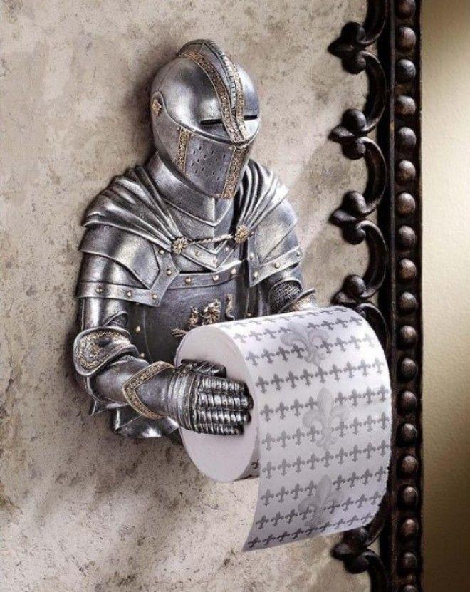 Почитатели эпохи Средневековья могут подобрать к держателю в форме рыцаря и особую туалетную бумагу с принтом изображающим королевскую лилию