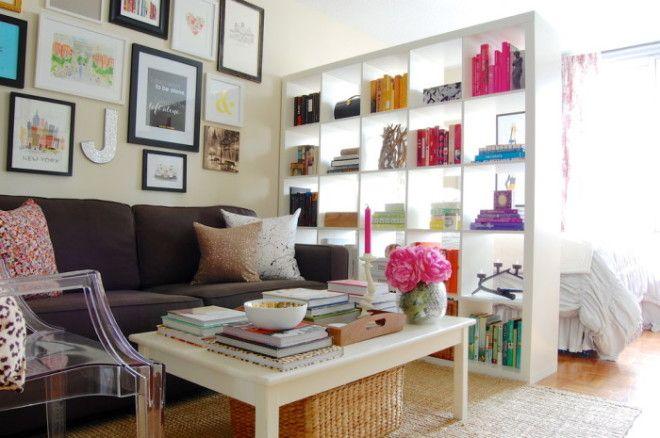 С помощью книжных полок можно легко разделить пространство на две жилых зоны