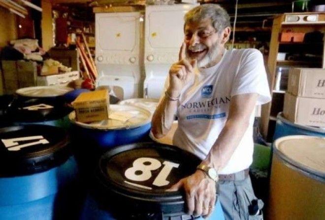Американец раздает запасы которые собирал 45 лет