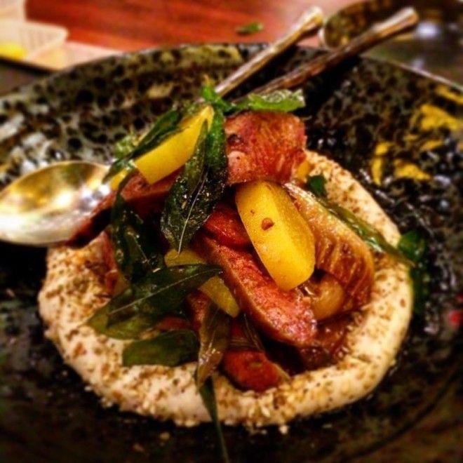 Колбаска из мяса ягненка с маринованным дайконом и шакалакой острым африканским овощным салатом австралия блюда еда еда в Австралии лучшие ресторан рестораны