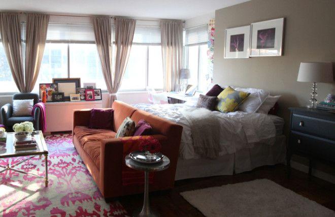 Отделить спальную зону от гостиной можно с помощью мягкой мебели