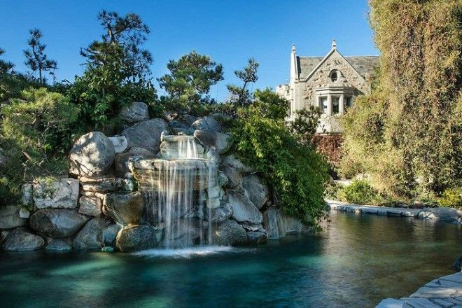 Также на территории особняка есть несколько бассейнов