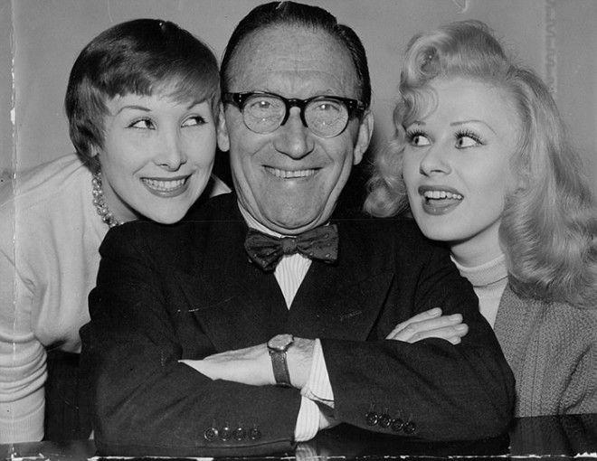 Артур Аски со своей дочерью Антеа слева и Сабриной в марте 1957 года