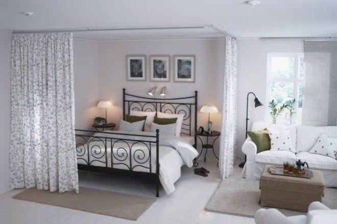 Занавески помогут сделать спальную зону интимной и уютной