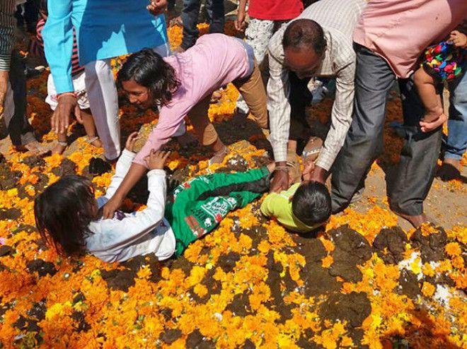 Sок Вас стошнит когда узнаетево что окунают детей на индийском ритуале