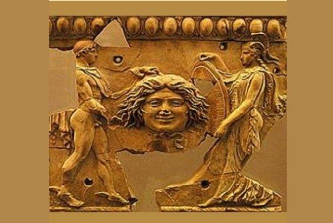 Персей передает Афине голову горгоны Медузы Золотая рельефная пластина