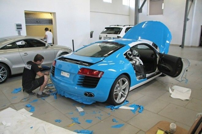 Поклейка спортивной Audi R8 голубой глянцевой пленкой Фото drive2ru