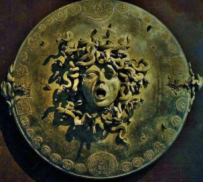 Голова Медузы горгоны на эгиде