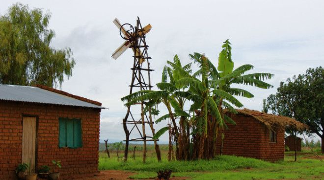 Ветряная мельница построенная из мусора