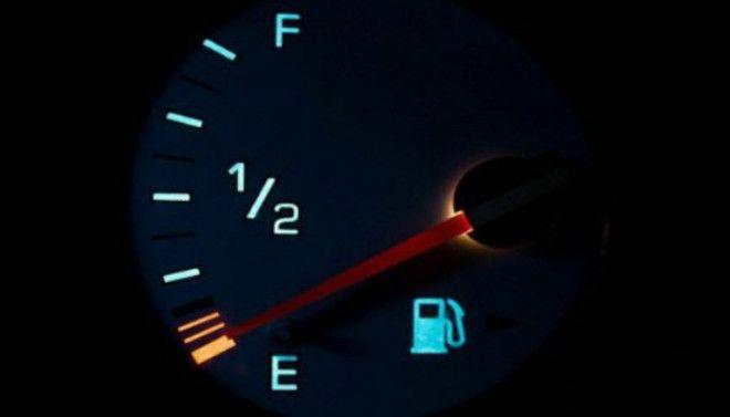 Ждать пустого бака Не стоит ждать пока бак опустеет чтобы заправиться Это вредно для всех систем автомобиля в пустом бензобаке на стенках собирается осадок а грязь из фильтра попадает в топливный насос затрудняя поступление топлива в двигатель