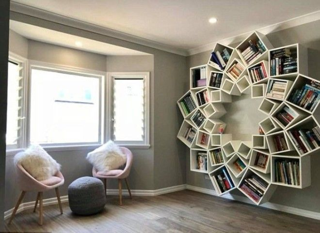Книжная полка украсила интерьер комнаты