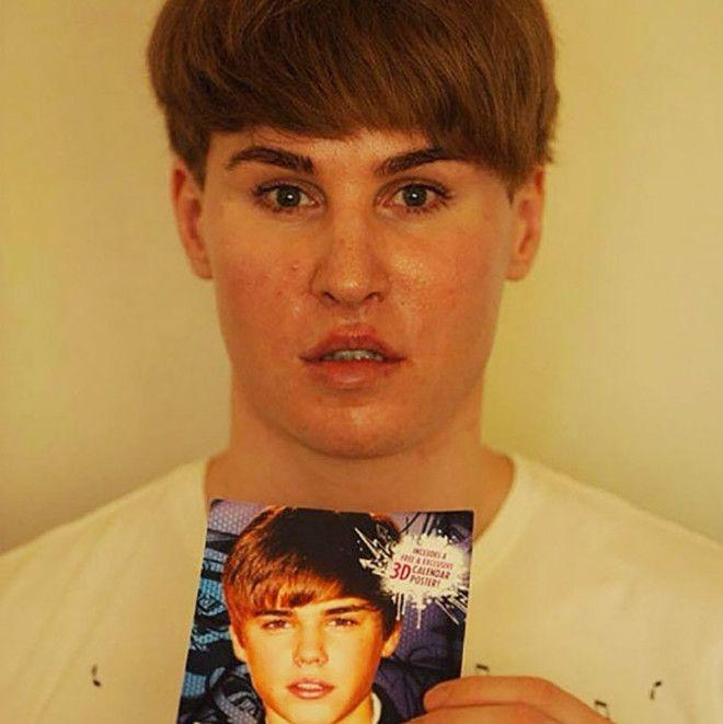 Тоби Шелдон держит портрет своего кумира