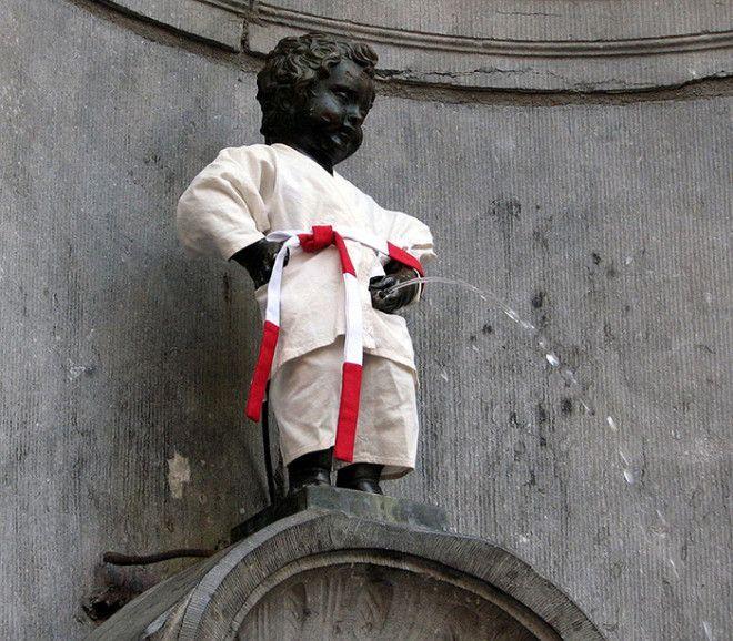 Писающий мальчик в наряде дзюдоиста