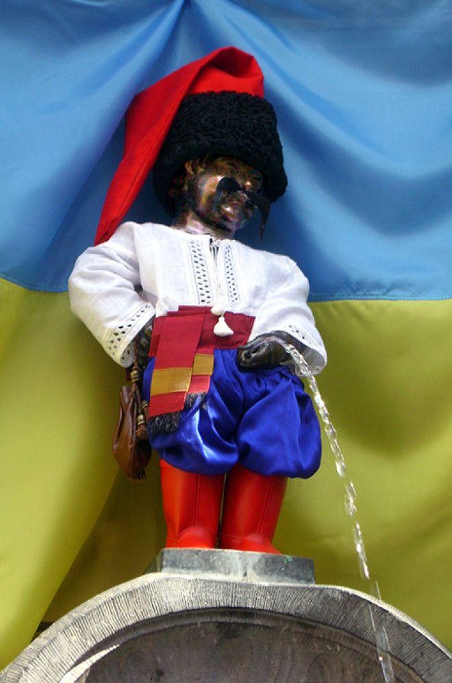 Писающий мальчик в костюме украинского казака