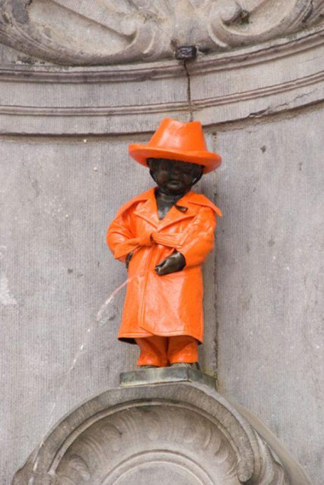Статуя в оранжевом дождевом костюме