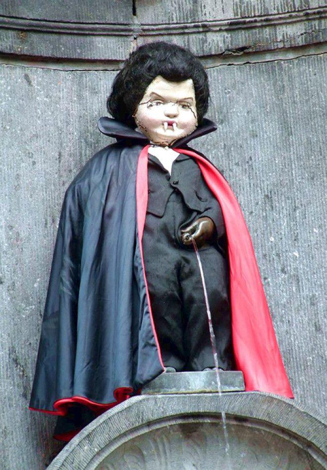 Статуя в костюме Дракулы