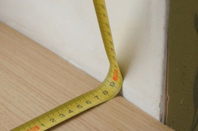 Измерение рулеткой в углу