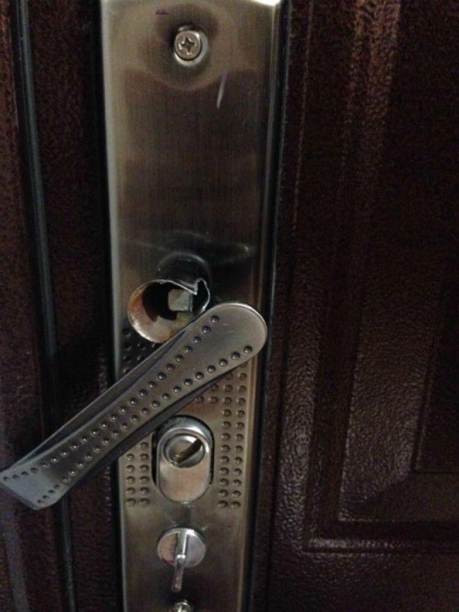 дверную ручку дергает незнакомец