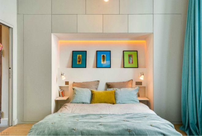 Спальня с большим стеллажом в изголовье